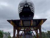 أقوى رجل في روسيا يرفع منصة بطائرة هليكوبتر تزن حوالي طن ونصف.. فيديو