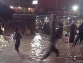 في ظاهرة نادرة.. موجة مد بحري تداهم المصطافين على بحر غزة