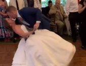 """""""حظها نحس"""" عروس تصاب بالتواء فى الركبة خلال رقصة حفل زفافها.. فيديو"""