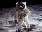 """هل هذا ما رآه باز ألدرين على القمر؟.. فنان """"يفكك"""" صورة من مهمة أبولو 11"""