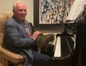 أنتونى هوبكنز يمارس هوايته فى العزف على البيانو مع قطته.. فيديو وصور