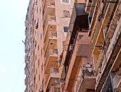 مقاول الهدم يتسلم عقار الأنفوشى المائل بالإسكندرية