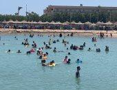 إقبال كبير من المواطنين على شواطئ الغردقة وتكثيف المنقذين.. فيديو وصور
