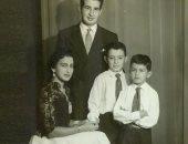 إحسان عبد القدوس في صورة نادرة مع زوجته وأولاده من دولاب الذكريات