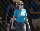 أماندا سيفريد بالكمامة فى كواليس تصوير Dropout بلوس أنجلوس