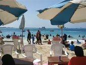 المصطافون يتوافدون بأعداد كبيرة للاستمتاع بشواطئ مطروح.. فيديو
