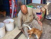 الراحمون يرحمهم الله.. عم ناصر بيفطر ويعشى القطط فى شوارع الفشن منذ 35 سنة