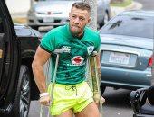 ظهور بطل UFC كونور ماكجريجور بالعكاز بعد كسر ساقه فى خسارته الأخيرة.. صور