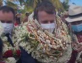 ماكرون يزور جزيرة فرنسية والسكان يستقبلوه بالرقص وعقود الصدف والنباتات.. فيديو