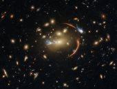 هابل يلتقط ظاهر تشوّه الضوء وتضخم مجرة بعيدة