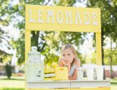بريطانية تقطع الطريق السريع لإجبار السائقين على شراء عصير الليمون من طفلتها