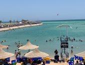 توافد كبير من المواطنين على شواطئ الغردقة هروبا من ارتفاع درجة الحرارة.. لايف