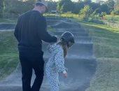 كريس هيمسوورث يتحول إلى مدرب تزلج وخيول مع ابنته.. فيديو وصور