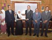 تكريم 200 طالب بتربية سوهاج لمشاركتهم فى محو أمية 853 مواطنا