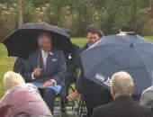 رئيس وزراء بريطانيا يتعرض لموقف طريف بسبب مظلة وسط ضحك الأمير تشارلز.. فيديو