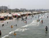 سفن عابرة ومياه هادئة..شاطئ بورسعيد كامل العدد وسط أجواء ترفيهية (لايف وصور)