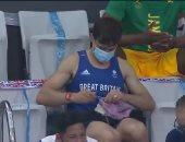 أحدث طرائف الأولمبياد.. بطل غوص بريطاني يمارس هواية حياكة الصوف بالمدرجات