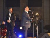 """الجمهور يداعب هاني شاكر فى أول حفلاته بعد شفائه.. بنحبك والبدلة حلوة """"صور"""""""