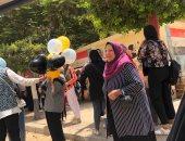 طالبات الغربية يحتفلن بانتهاء امتحانات الثانوية العامة بالورود والبالونات.. صور