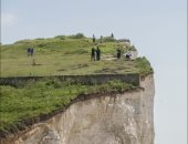 سياح يخاطرون بحياتهم لالتقاط صورة سيلفى على حافة منحدر  ببريطانيا.. صور