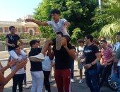 طلاب الثانوية بالإسكندرية يحتفلون بانتهاء الامتحانات بالطبل البلدى.. فيديو وصور