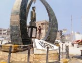 وضع الزهور والورود بجوار تمثال زويل فى الذكرى الخامسة لرحيله بمدينة دسوق.. صور