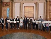 رئيس جامعة عين شمس يكرم 10 فائزين بجوائز مسابقة كونفشيوس عين شمس لتصميم الملصقات