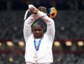 وقفة صامتة للاعبة أمريكية على منصة تتويج الأولمبياد تضامنا مع المضطهدين.. صور