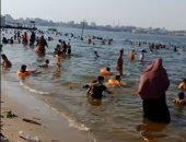 بلاد المانجو والمياه المبهجة.. شاهد الزحام على شواطئ الإسماعيلية هربا من قسوة الصيف