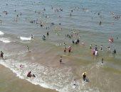إقبال كبير على شواطئ بورسعيد هربا من ارتفاع حرارة الجو.. فيديو