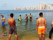 """شواطئ الإسكندرية ترفع شعار """"كامل العدد"""" بعد ارتفاع درجات الحرارة.. فيديو وصور"""
