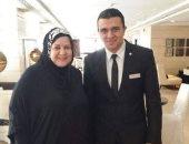 قارئ يرسل صورة تذكارية مع الفنانة الراحلة دلال عبد العزيز فى الحج