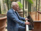 أنتونى هوبكنز يكشف عن حبه للموسيقى ويعزف مقطوعة.. فيديو