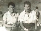 إحسان عبدالقدوس في صورة نادرة مع عبدالحليم حافظ على شاطئ سيدي بشر بالاسكندرية