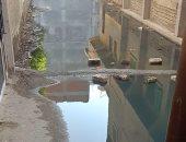 أهالى شارع الترعة بالبحيرة يشكون من شبكة الصرف الصحى.. المحافظة تستجيب