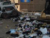 أهالى أخميم بسوهاج يشكون انتشار القمامة بشارع الصرف الصحى.. ورئيس المدينة يرد