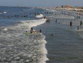 بـ10 جنيه قضى يومك على شاطئ بورسعيد.. ارتفاع خفيف للأمواج وإقبال متوسط