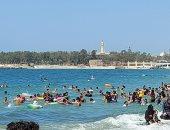 إقبال على شواطئ الإسكندرية رغم التحذيرات من ارتفاع الأمواج.. لايف وصور