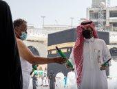توزيع مظلات ومراوح كهربائية للطائفين حول الكعبة بالمسجد الحرام.. صور