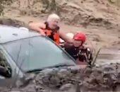 رجال طوارئ ينقذون عجوزا علق داخل سيارته وسط سيول أريزونا.. فيديو