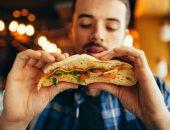 أبرزها الأكل بسرعة وأثناء مشاهدة التلفاز.. 6 عادات خاطئة تجنبها لإنقاص وزنك