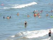 إقبال المصطافين على شواطئ بورسعيد وتوافد الأهالى من المحافظات الأخرى.. لايف وصور