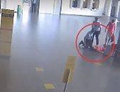 رجال شرطة فى مطار روسى ينقذون امرأة فقدت الوعى وسقطت فجأة.. فيديو