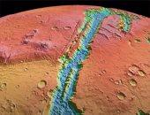 اكتشاف آثار حفر غريبة فى سهل بركانى على سطح المريخ.. فيديو وصور