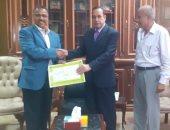 محافظ شمال سيناء يكرم مدير الإيرادات والحسابات الخاصة.. اعرف التفاصيل