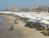إقبال على شاطئ بورسعيد والأسعار تنخفض لـ30 جنيها للأسرة.. لايف وصور
