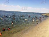 حاربوا الصيف بالبحر.. آلاف على شواطئ الإسماعيلية هربًا من حرارة الجو.. فيديو