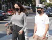 أنجلينا جولي فى رحلة تسوق بصحبة ابنها باكس.. صور