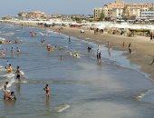 الكرسى بـ5 جنيه على شاطئ بورسعيد.. إقبال المواطنين على البحر المتوسط.. لايف