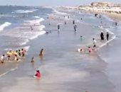 """إقبال من المواطنين على شاطئ بورسعيد.. وأسعار مخفضة للشماسى والكراسى """"فيديو وصور"""""""